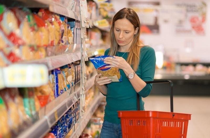 Kobieta-czyta-etykietę