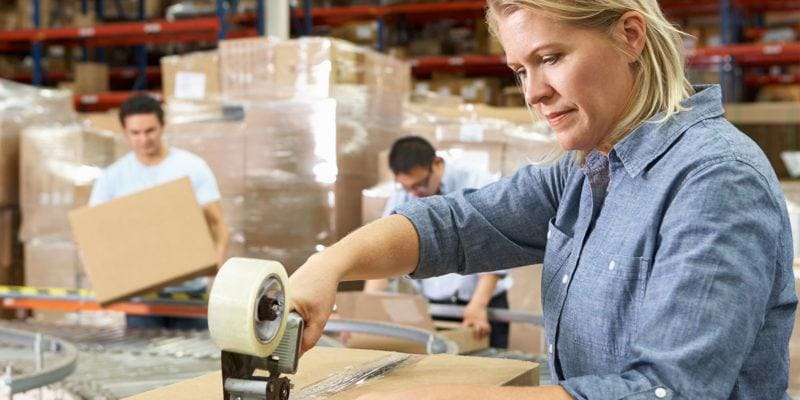 Kobieta pakuje przesyłkę