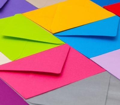 Różnokolorowe koperty