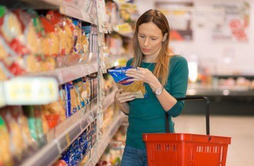 Kobieta kupuje jedzenie